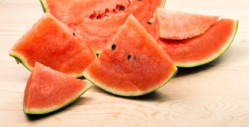 Gesneden rijpe die watermeloen op witte achtergrond wordt ge?soleerd royalty-vrije stock fotografie