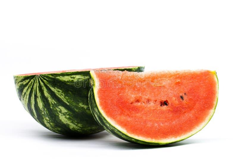 Gesneden rijpe die watermeloen op witte achtergrond wordt ge?soleerd stock foto