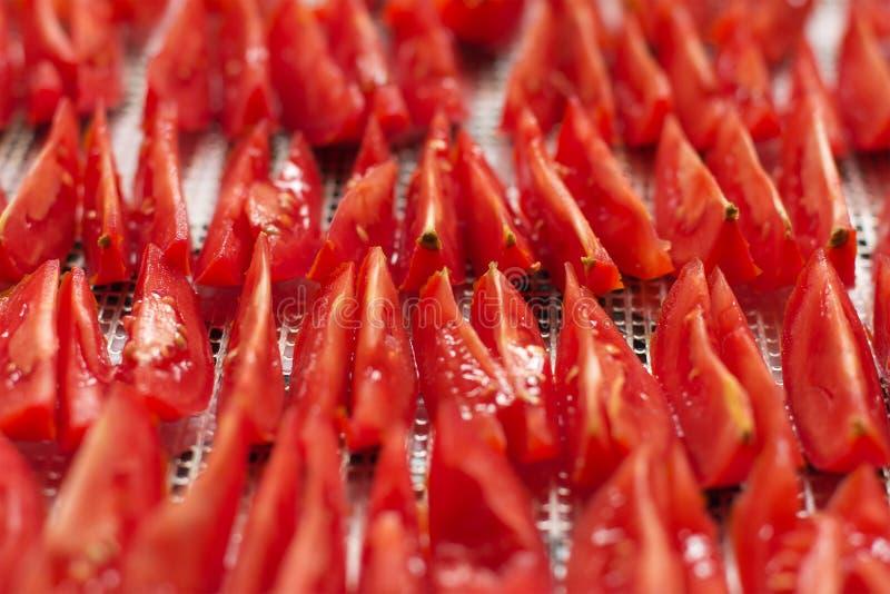 Gesneden rode tomaten, klaar aan salade of aan droog en ontwaterd, cl stock foto