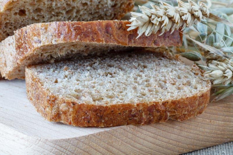 Gesneden roggebrood op scherpe raadsclose-up stock foto's