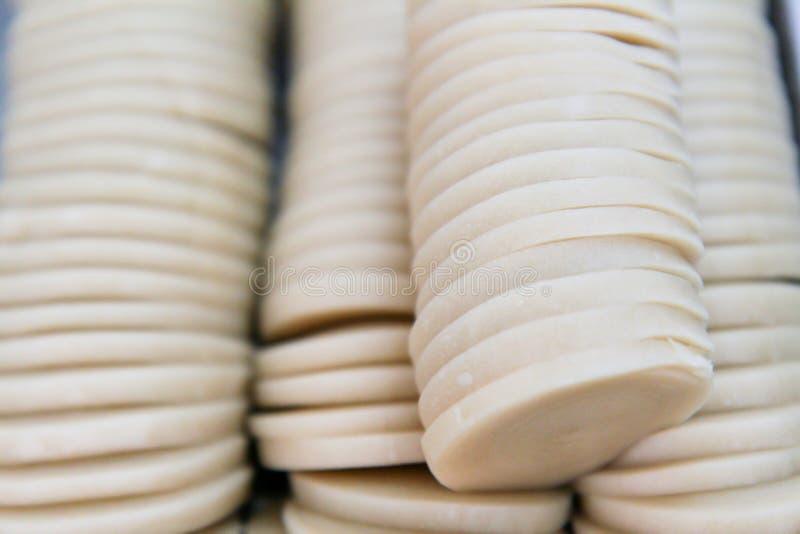 Gesneden ruw die deeg in stukken op het koken, stuk worden voorbereid van deeg klaar voor het voorbereidingen treffen royalty-vrije stock afbeelding