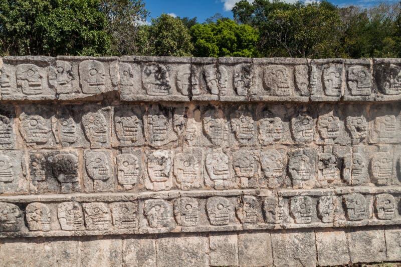 Gesneden schedels bij het Platform van Sculls bij de archeologische plaats Chichen Itza, Mexi royalty-vrije stock foto