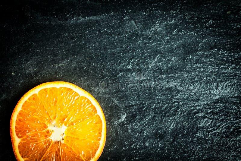 Gesneden sinaasappel op een textuurachtergrond royalty-vrije stock afbeeldingen