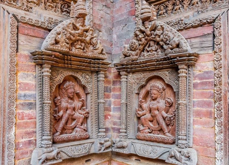 Gesneden standbeelden op de binnenplaatsmuur van Mul Chowk, Hanuman Dhoka Royal Palace, het Vierkant van Patan Durbar, Lalitpur,  royalty-vrije stock afbeelding