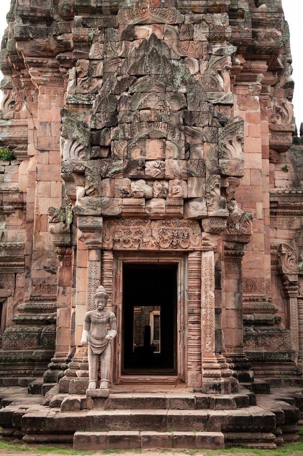 Gesneden steenvoorgevel en Godswacht van Phanom-Sportkasteel in Buriram, Thailand stock foto