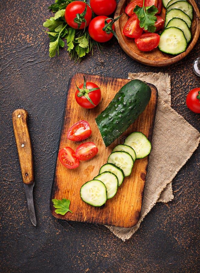 Download Gesneden Tomaat En Komkommer Op Scherpe Raad Stock Foto - Afbeelding bestaande uit vegetariër, plak: 114227184