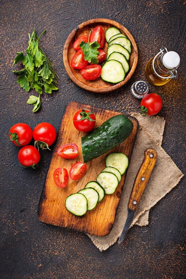 Download Gesneden Tomaat En Komkommer Op Scherpe Raad Stock Foto - Afbeelding bestaande uit cutting, eating: 114227236