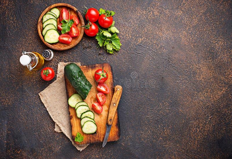 Download Gesneden Tomaat En Komkommer Op Scherpe Raad Stock Afbeelding - Afbeelding bestaande uit kruiden, prepared: 114227329