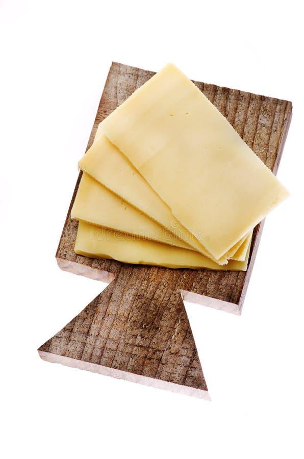 Gesneden van kaas op houten scherpe raad die op witte bac wordt geïsoleerd stock fotografie