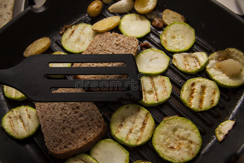 Gesneden van ucchini met broodtoost stock afbeelding