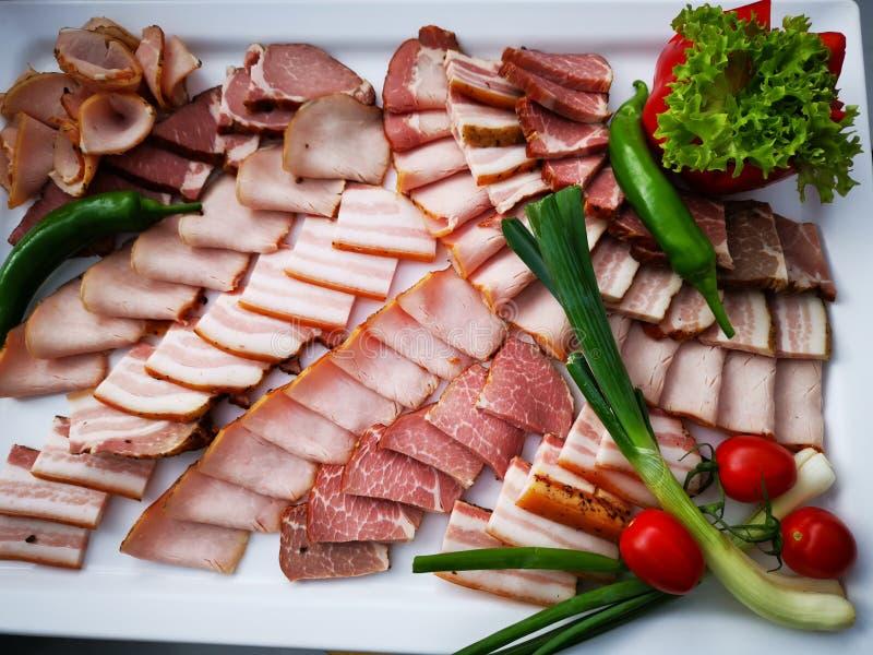 Gesneden varkensvleesham en pastrami stock afbeelding