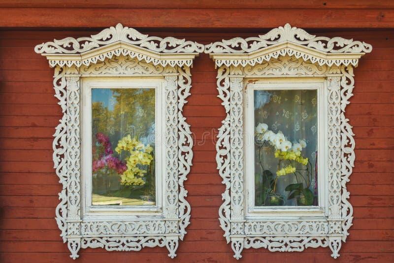 Gesneden Vensters van een oud Russisch huis stock afbeeldingen