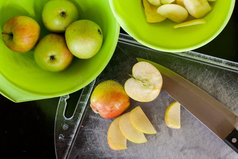 Gesneden verse appelen voor het drogen stock afbeelding