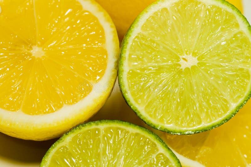 Gesneden verse citroenen en kalk royalty-vrije stock fotografie