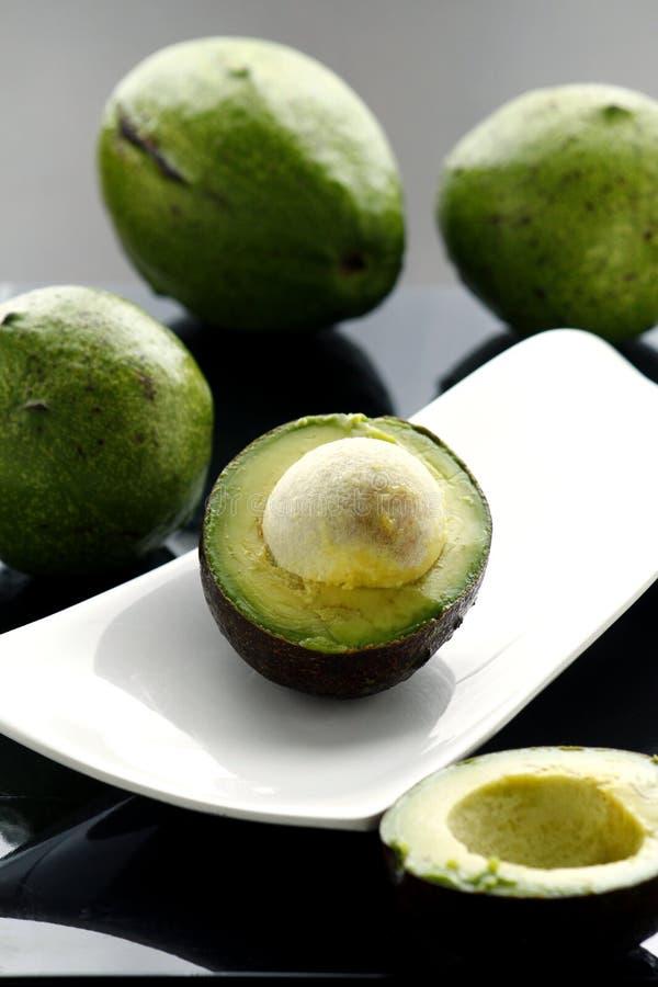 Gesneden verse en rijpe avocado stock fotografie