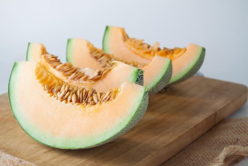 Gesneden verse Japanse meloen, oranje meloen op scherpe raad Selectieve nadruk stock afbeeldingen