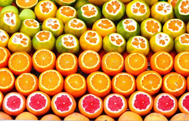 Gesneden vruchten †‹â€ ‹voor verkoop op de markt stock foto's