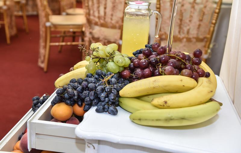 Gesneden vruchten regeling Verse diverse vruchten Assortiment van exotische vruchten stock foto's