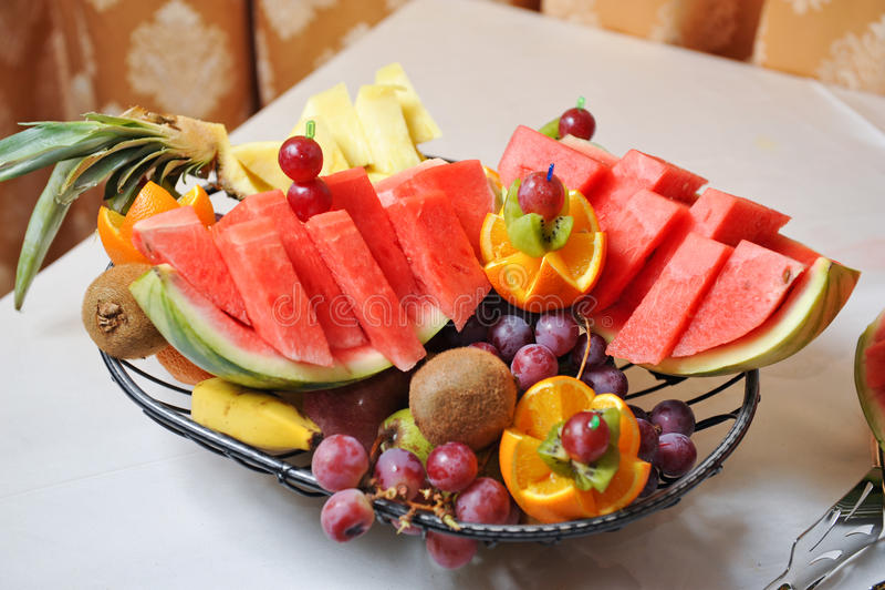 Gesneden vruchten regeling Verse diverse vruchten Assortiment van exotische vruchten royalty-vrije stock afbeelding