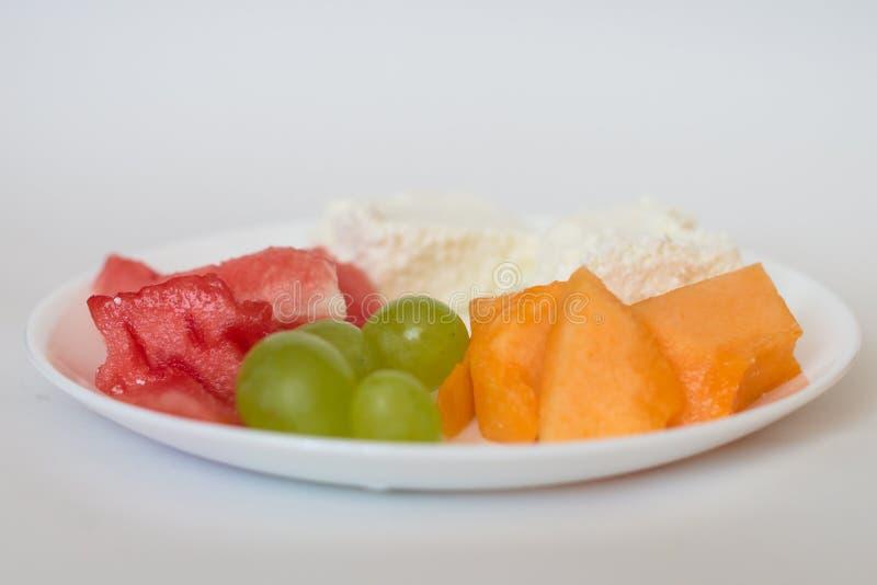 Gesneden watermeloen, kantaloep, kaas, druiven stock foto's