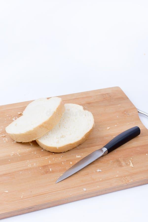 Gesneden wit brood en mes op de scherpe raad stock afbeeldingen