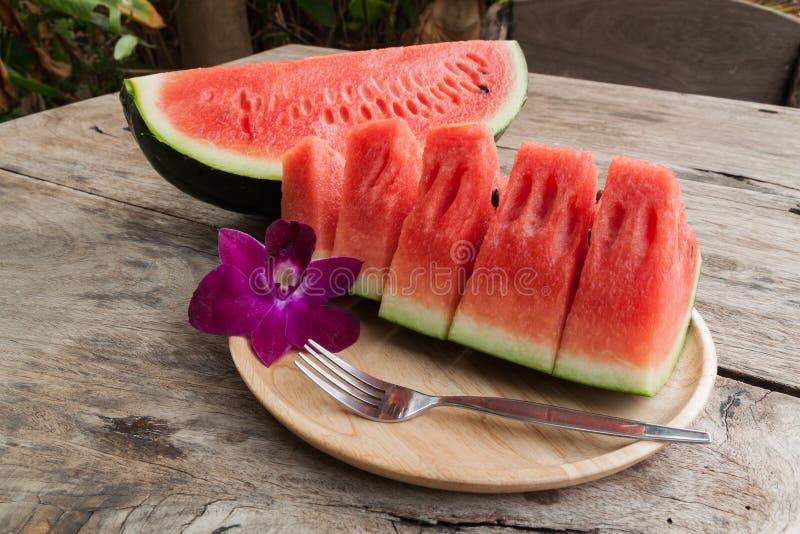 Gesneden zoet watermeloenen op houten plaat royalty-vrije stock fotografie