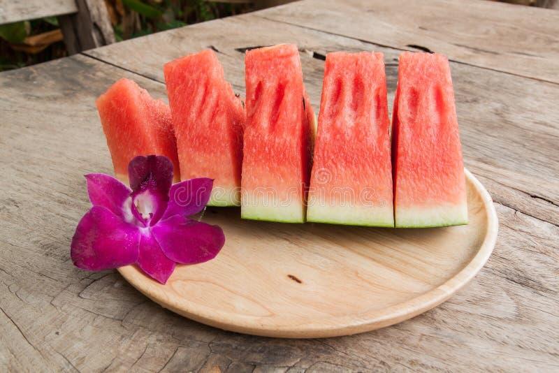 Gesneden zoet watermeloenen op houten plaat stock foto