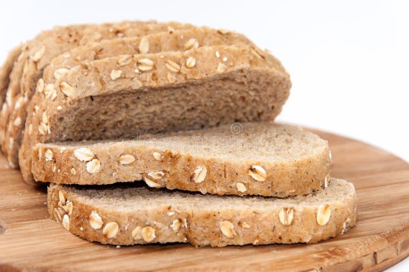 Gesneden zwart gezond brood met graangewassen stock afbeelding