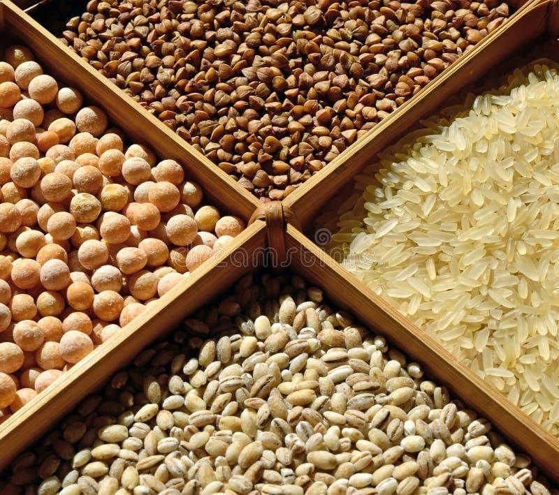 Gesorteerde graangewassen: boekweit, rijst, erwten, parelgort stock afbeelding