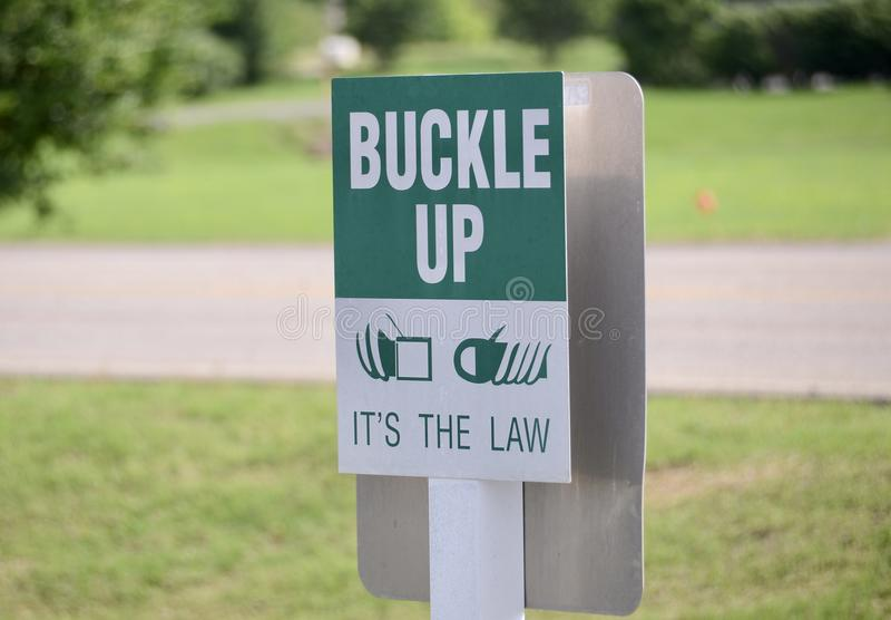 Gesp op Veiligheidsgordelwaarschuwingsbord stock foto