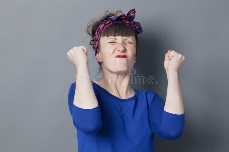 Gespannen jaren '30vrouw die met jaren '50kapsel motivatie uitdrukken royalty-vrije stock foto