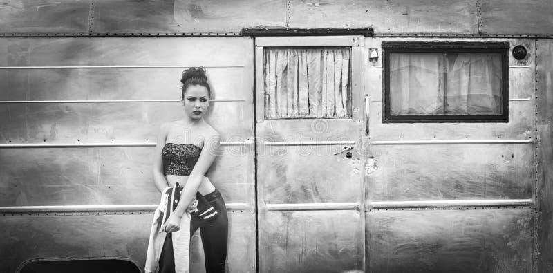 Gespannen manierportret van jonge vrouw royalty-vrije stock foto's
