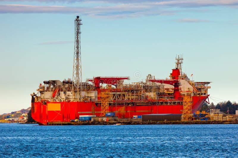 Gespecialiseerd schip in de vorm van de toren stock afbeeldingen