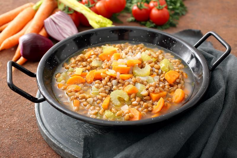 Gespelde soep, farrosoep, Italiaanse keuken in metaalpan royalty-vrije stock foto