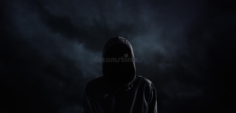 Gespenstische mit Kapuze Person mit undeutlich gemachtem Gesicht lizenzfreie stockfotos