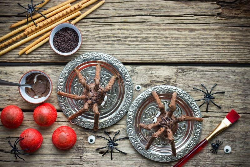 Gespenstische Spinne backt, Schokoladenspinnenplätzchen für Halloween zusammen lizenzfreies stockfoto