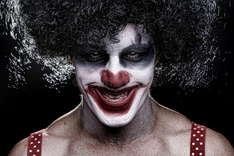 Gespenstischer Clown Portrait auf schwarzem Hintergrund lizenzfreies stockfoto
