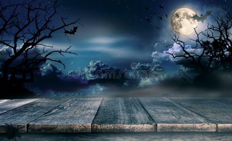 Gespenstischer Halloween-Hintergrund mit leeren hölzernen Planken lizenzfreies stockfoto
