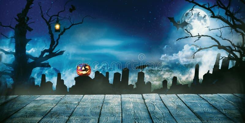 Gespenstischer Halloween-Hintergrund mit leeren hölzernen Planken stockfotos