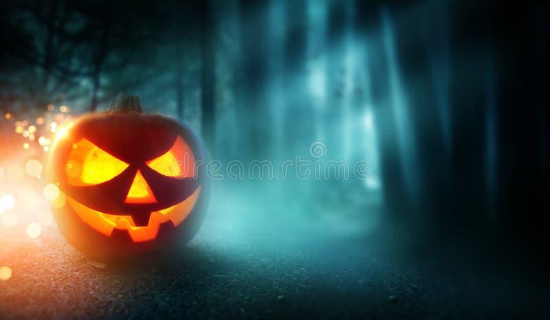 Gespenstischer Halloween-Hintergrund und Laterne Jacks O lizenzfreie stockbilder
