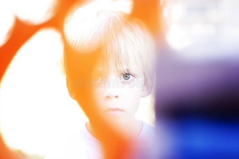 Download Gespenstischer Junge stockbild. Bild von purpurrot, orange - 27696571