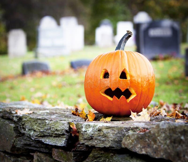 Gespenstischer Kürbis mit Friedhof stockfoto