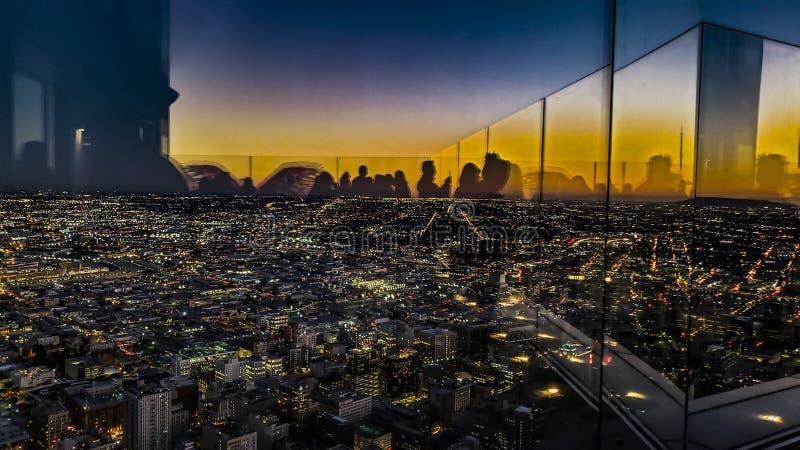 Gespenstisches Sihouettes von den Leuten bedeckt auf Ansicht von Los Angeles lizenzfreie stockbilder