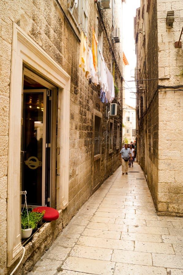 Gespleten Dalmatië Kroati? 09/06/2018: Oude smalle straat binnen het Paleis van Diocletian stock fotografie