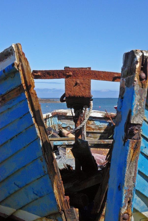 Download Gespleten houten boot stock afbeelding. Afbeelding bestaande uit onbruikbaar - 54075817