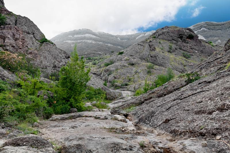 Gespleten onder de rotsen stock afbeeldingen
