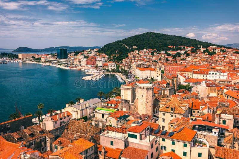 Gespleten waterkant en Marjan-heuvel luchtmening, Dalmatië, Kroatië Panoramische de zomercityscape van oude middeleeuwse stadsspl stock fotografie