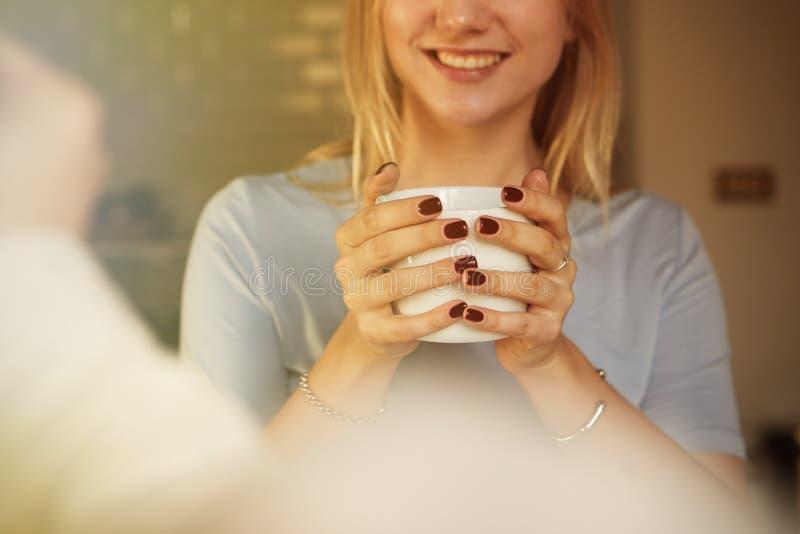 Gespräch des überzeugten Mannes und der jungen blonden Frau zu Hause lizenzfreie stockbilder