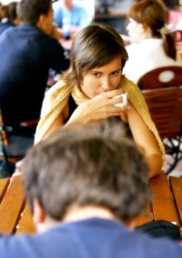 Gespräch am Kaffeetische stockfotografie