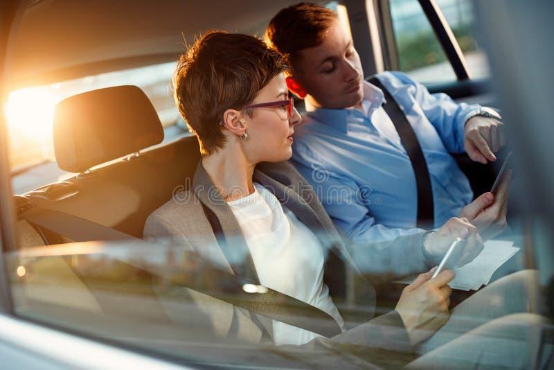 Gespräch von Geschäftsleuten, wenn Auto gefahren wird stockbilder